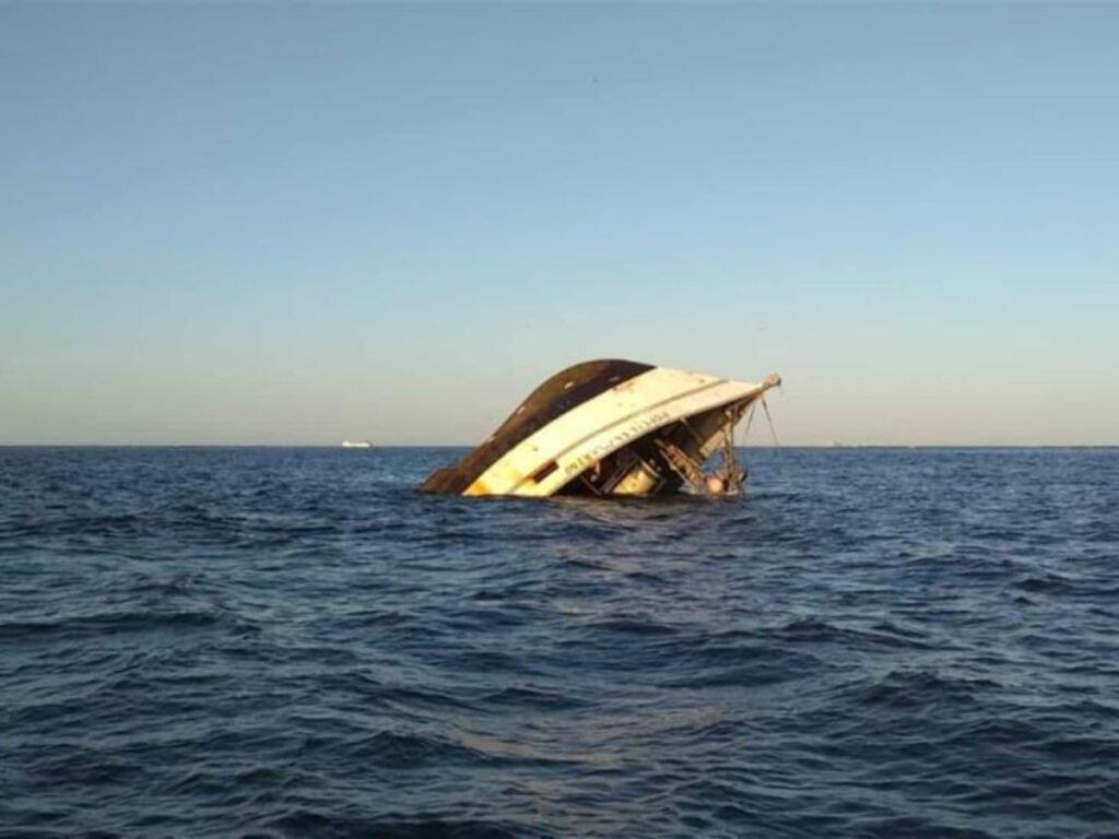 Barco Camaronero choca contra ferrie.
