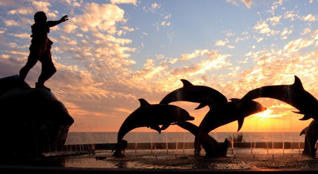 Fuente de delfines que se encuentra en una de la cadena de hoteleros de Mazatlán.