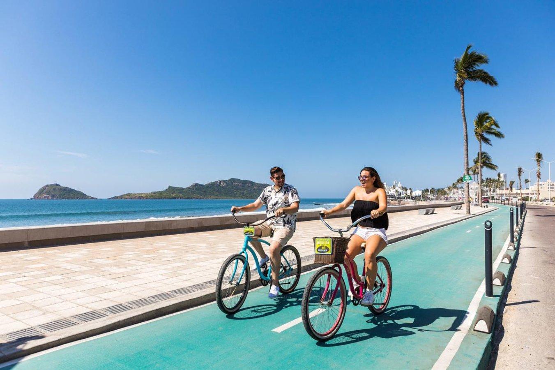 Una pareja en bicicleta por el malecón de Mazatlán