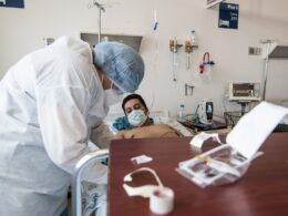 Paciente Covid siendo atentido en el seguro social