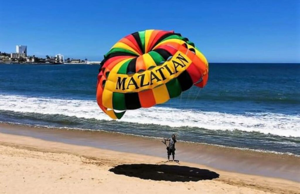 Paracaídas en la playa de Mazatlán.