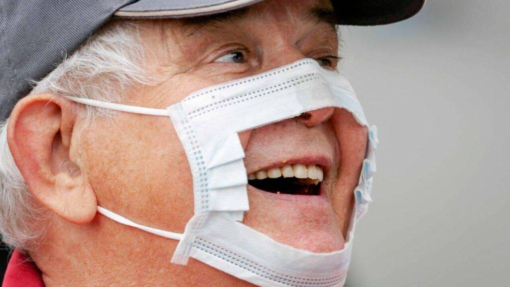 Adulto mayor covidiota con cubre boca roto