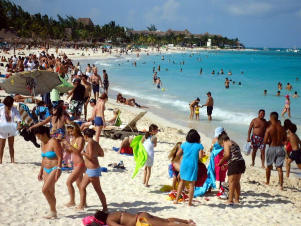 Personas pasando el periodo de verano en Mazatlán