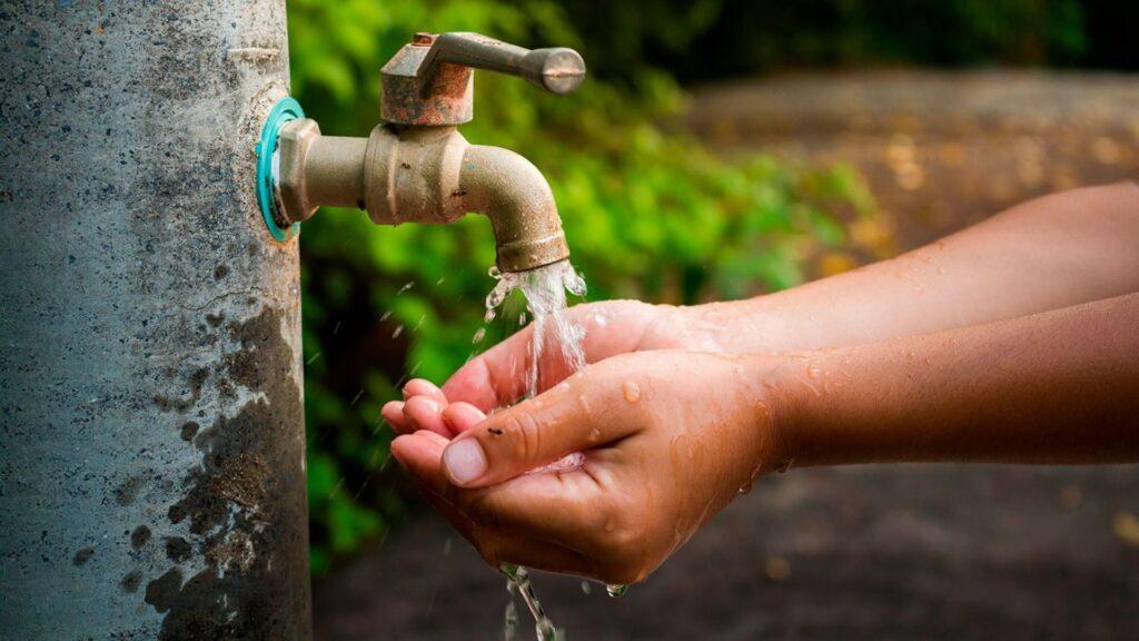 Manos reciben agua que sale de un grifo   Baja California Sur