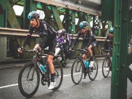 ciclistas cpn casco negro con azul rodando en una calle