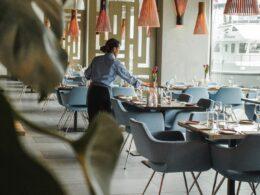 mujer mesera en interior de un restaurante
