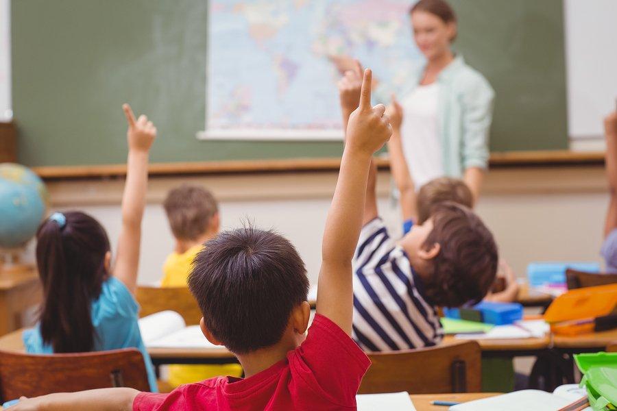 Maestra enseñando a alumnos