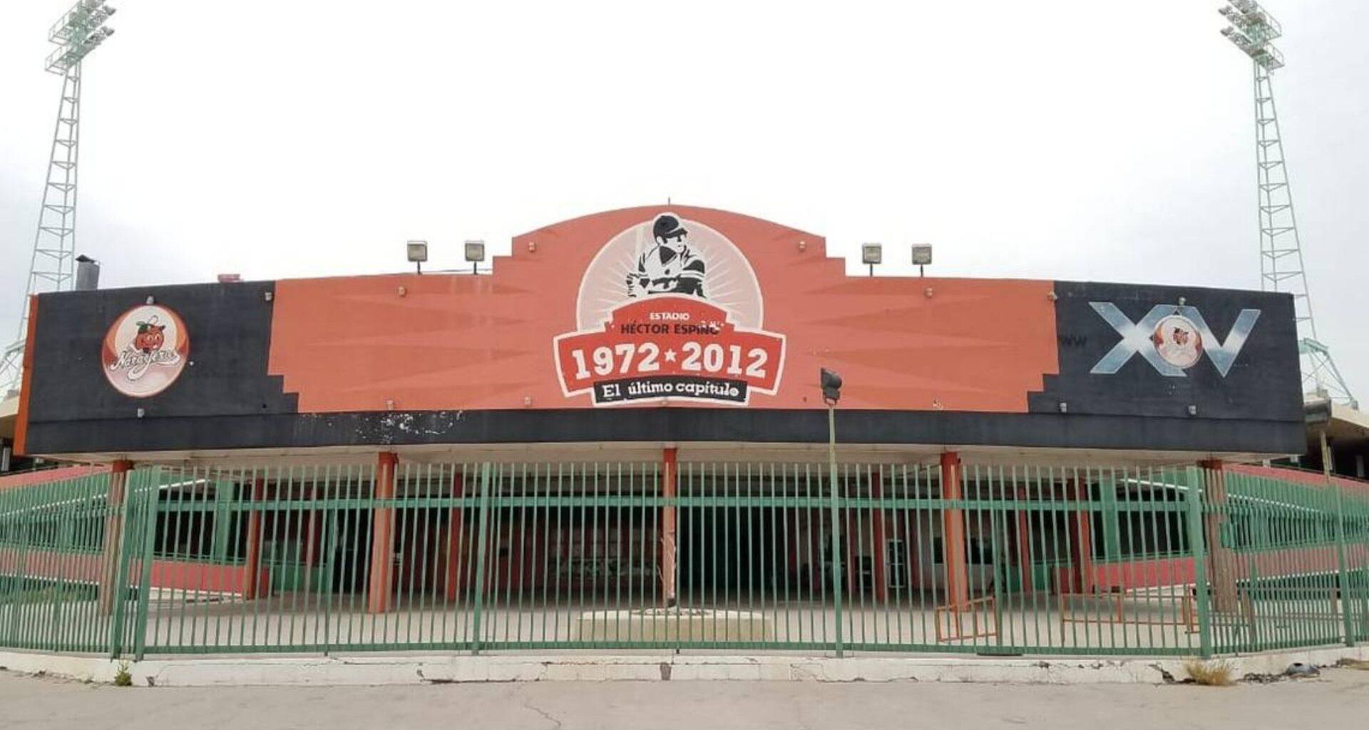 frente del estadio de béisbol Héctor Espino