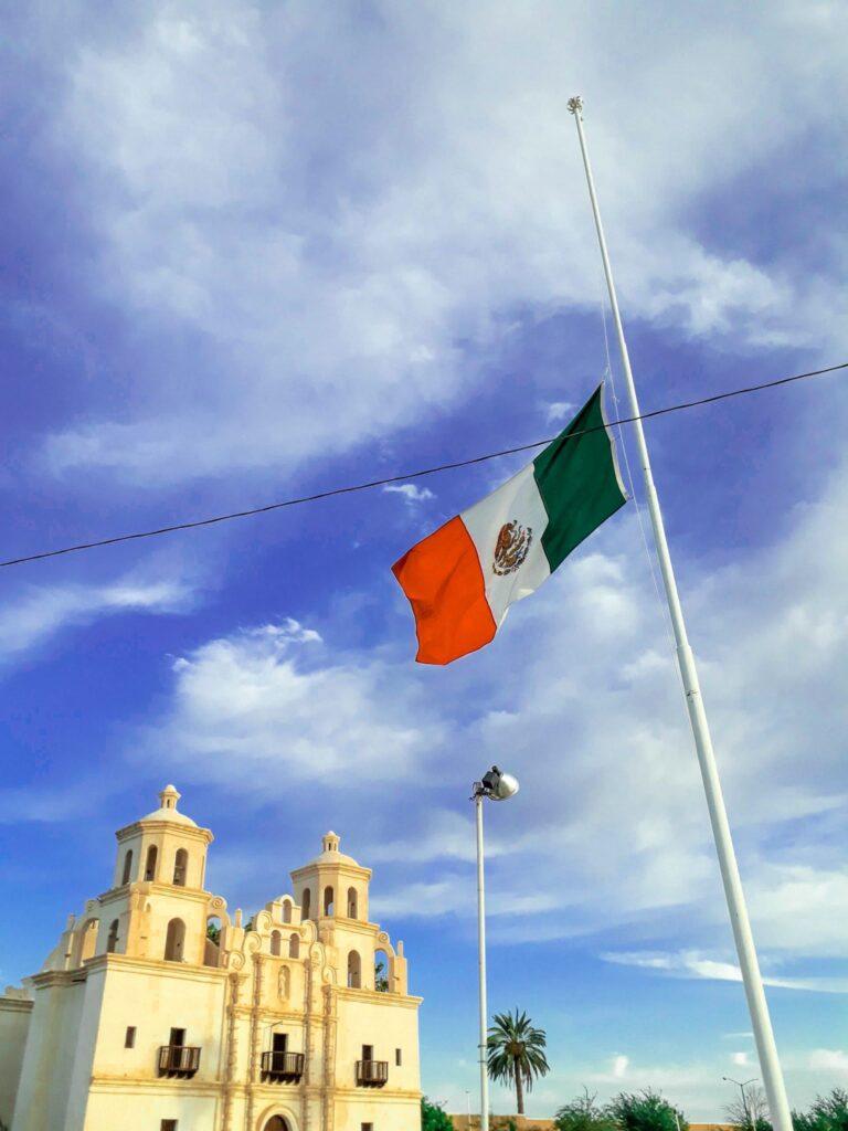 Templo de Caborca y bandera de México ondeando