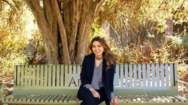 Jocelyn Rivera Amparano, mujer de Hermosillo, Sonora, sentada en un banco
