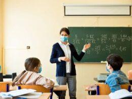 Maestro impartiendo clases durante pandemia
