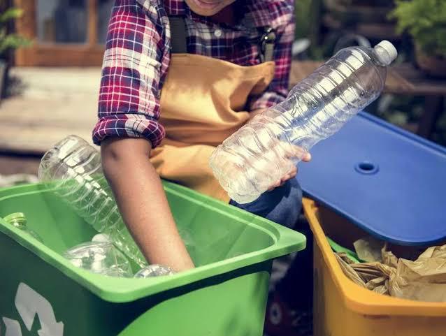 Botella de plastico y contenedores de reciclaje