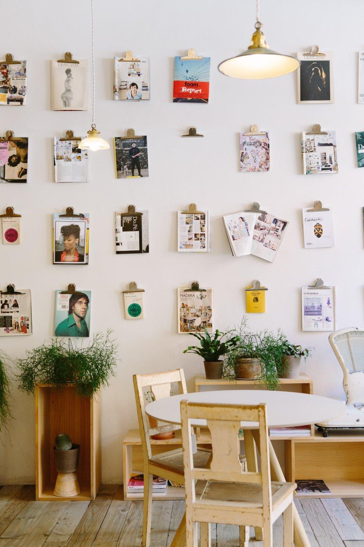 tienda de diseño con tablas con hojas de contenido de páginas de revistas