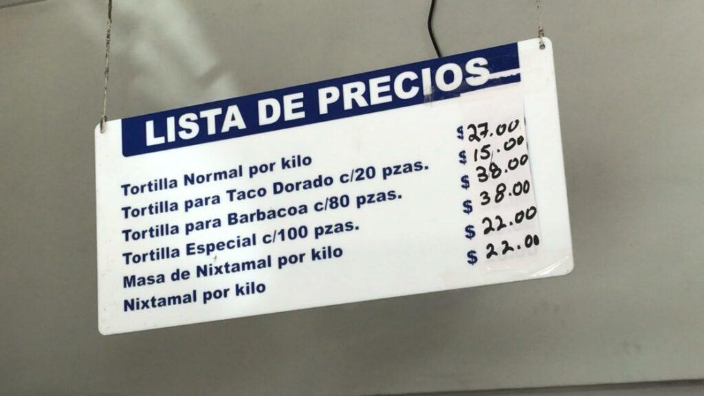 Anuncio de precios de tortilla en tienda.