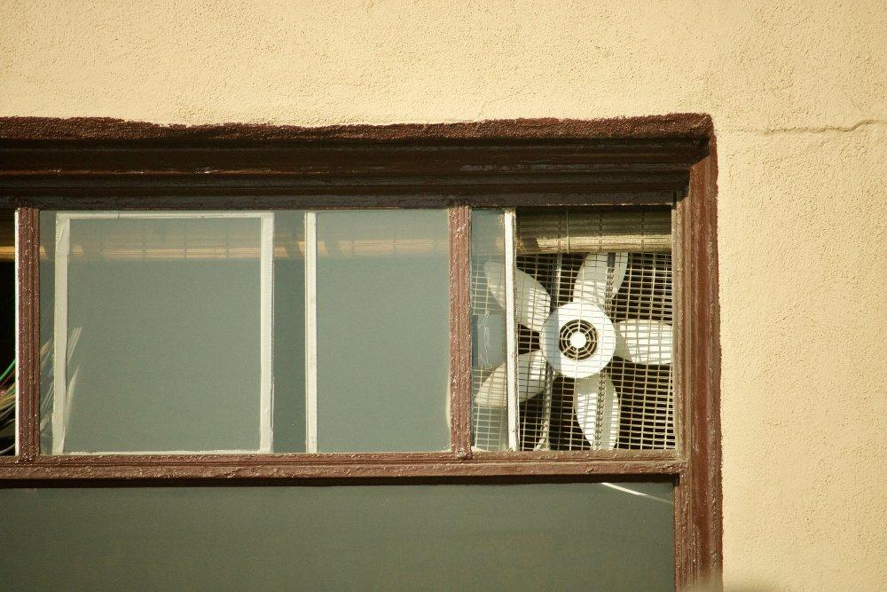 ventana con ventilador de aire acondicionado