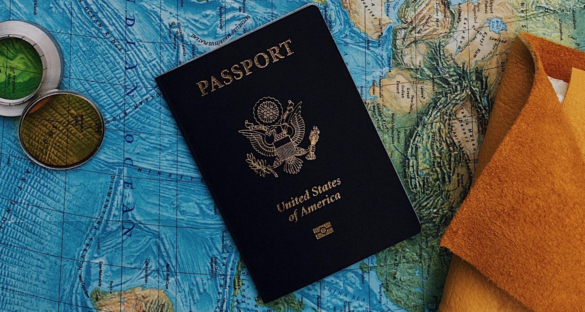 fotografía de pasaporte sobre mapa del mundo