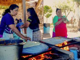 mujeres cocinando tortillas sobaqueras en Sonora