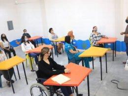 Servidores públicos tomando curso de Lengua de Señas Mexicanas