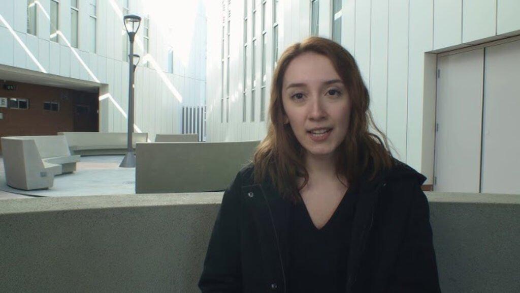 Karla en una entrevista de CETYS