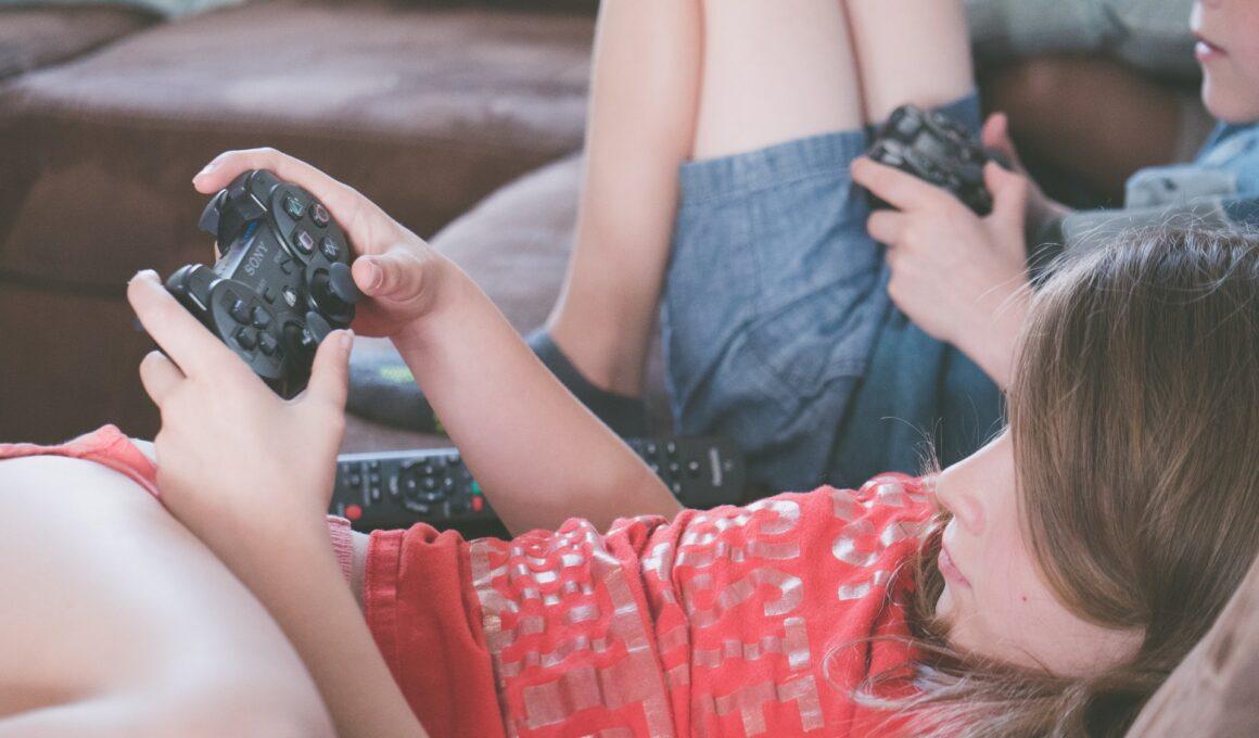 Niño y niña jugando videojuegos