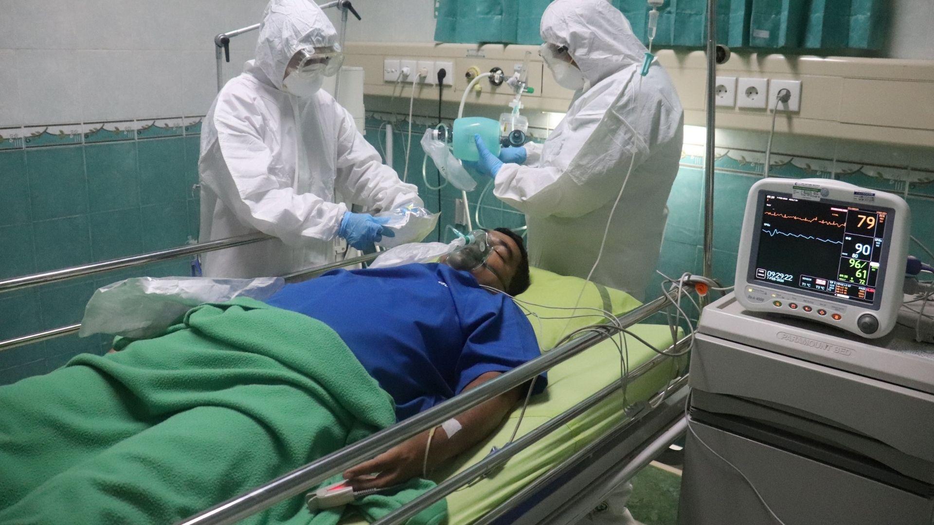 doctores atienden a paciente con covid que está sobre la cama del hospital. Chihuahua