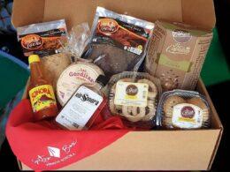 caja con alimentos originarios de Sonora bacanora, coyotas, carne seca, salsas