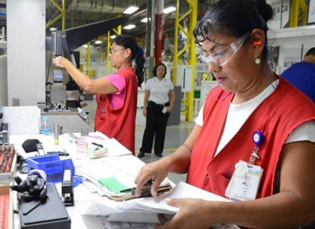 Sonora se coloca en primeros lugares de inversiones extranjeras Mujeres trabajando en maquiladora