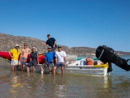Grupo cruza en Kayak