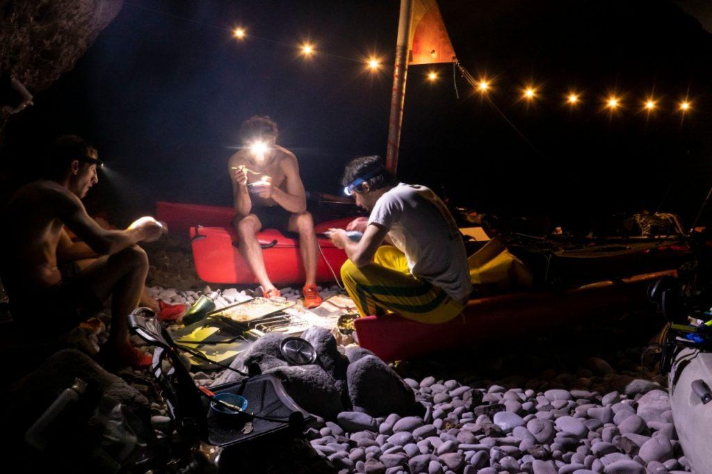 hombres pasan la noche en la playa