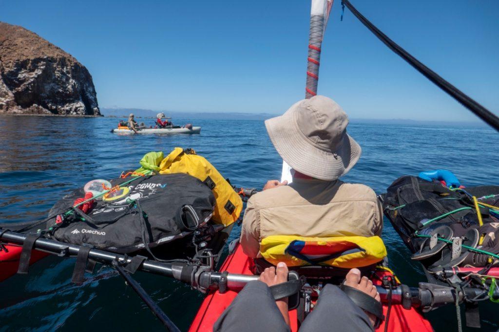hombres sobre un kayak