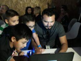 Director de Geeks Academy con alumnos
