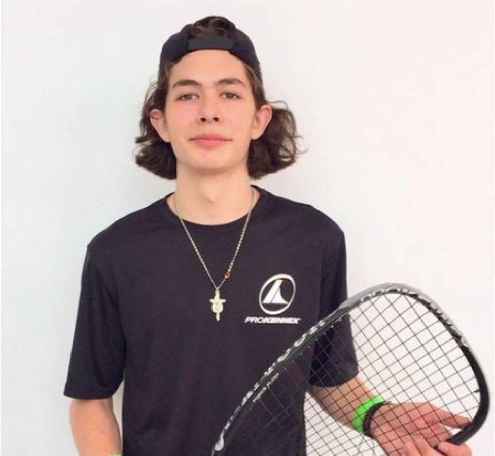 joven jugador de raquetbol mexicano
