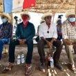 hombres con sombrero y camisa larga sentados