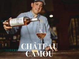 Sirviendo vino Chateau Camou
