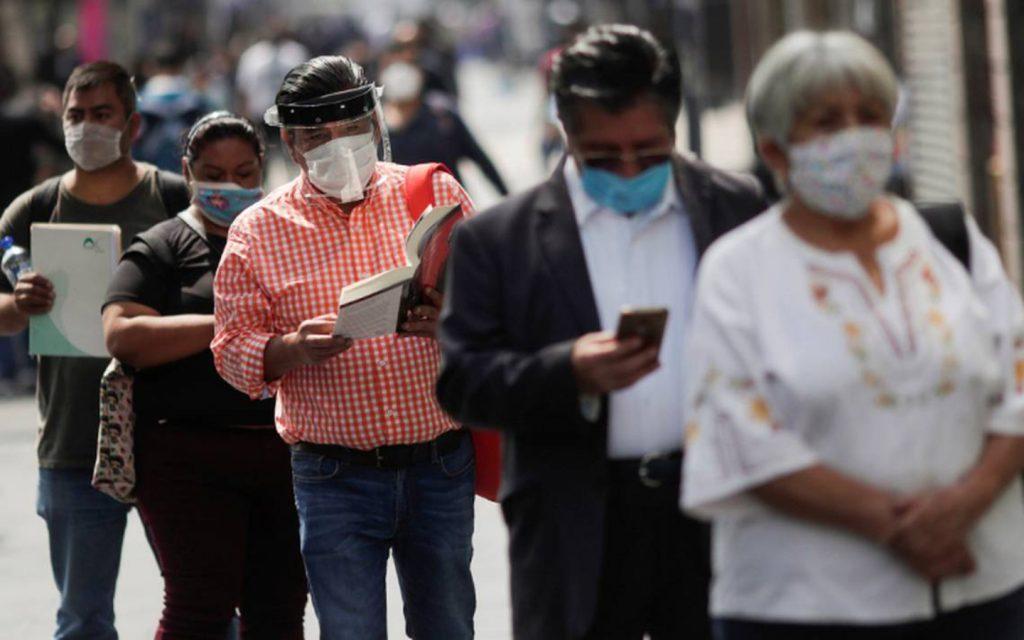 Personas haciendo fila con medidas sanitarias de Covid-19