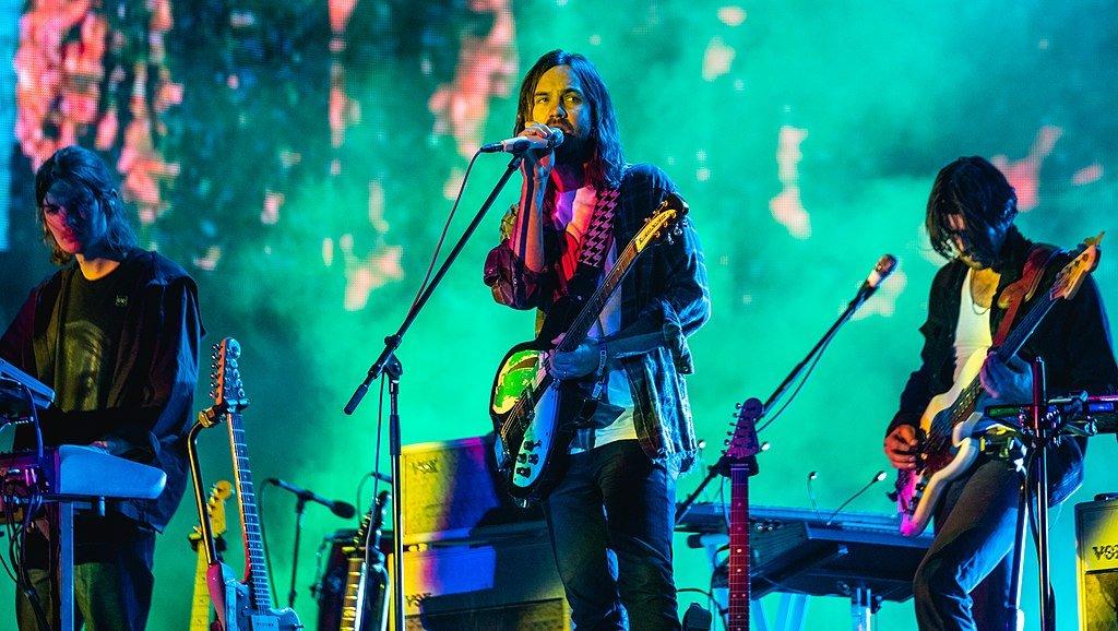 fotografía de Tame Impala en concierto