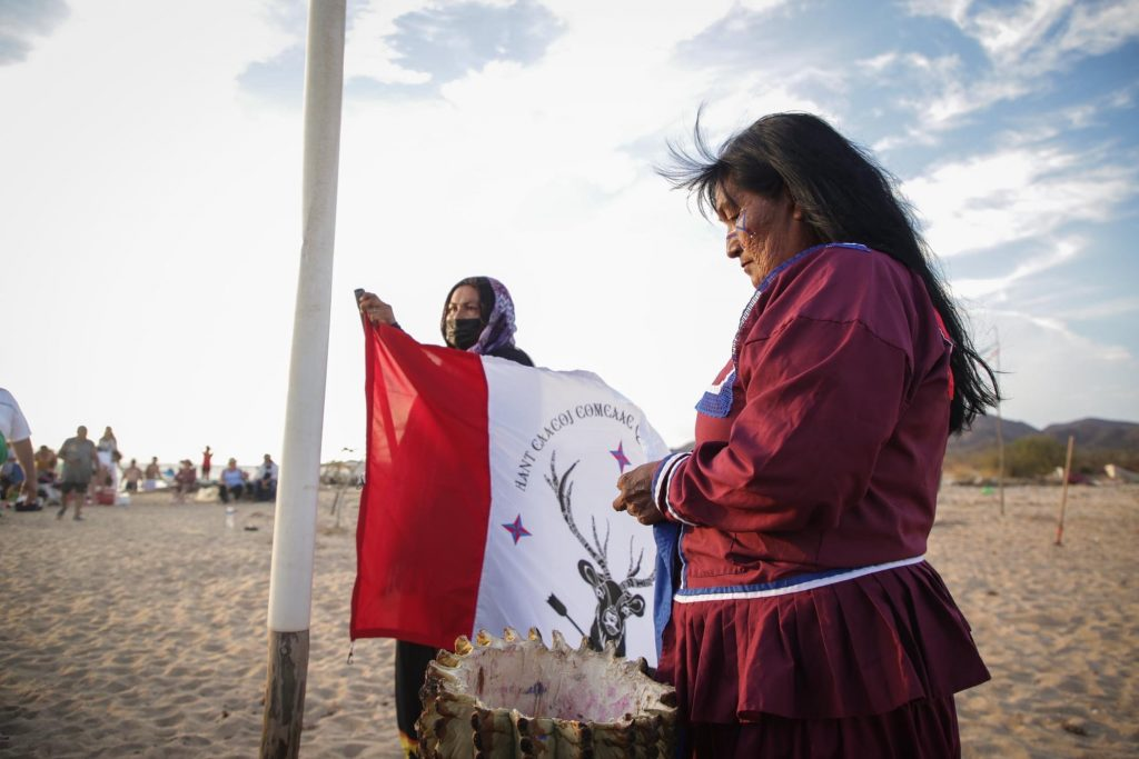 Mujeres seris preparando bandera de la tribu