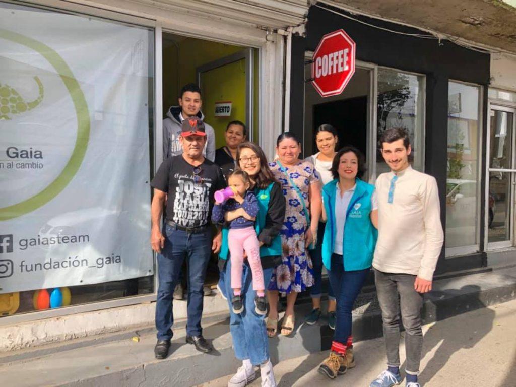 Familia afuera de la Fundación Gaia