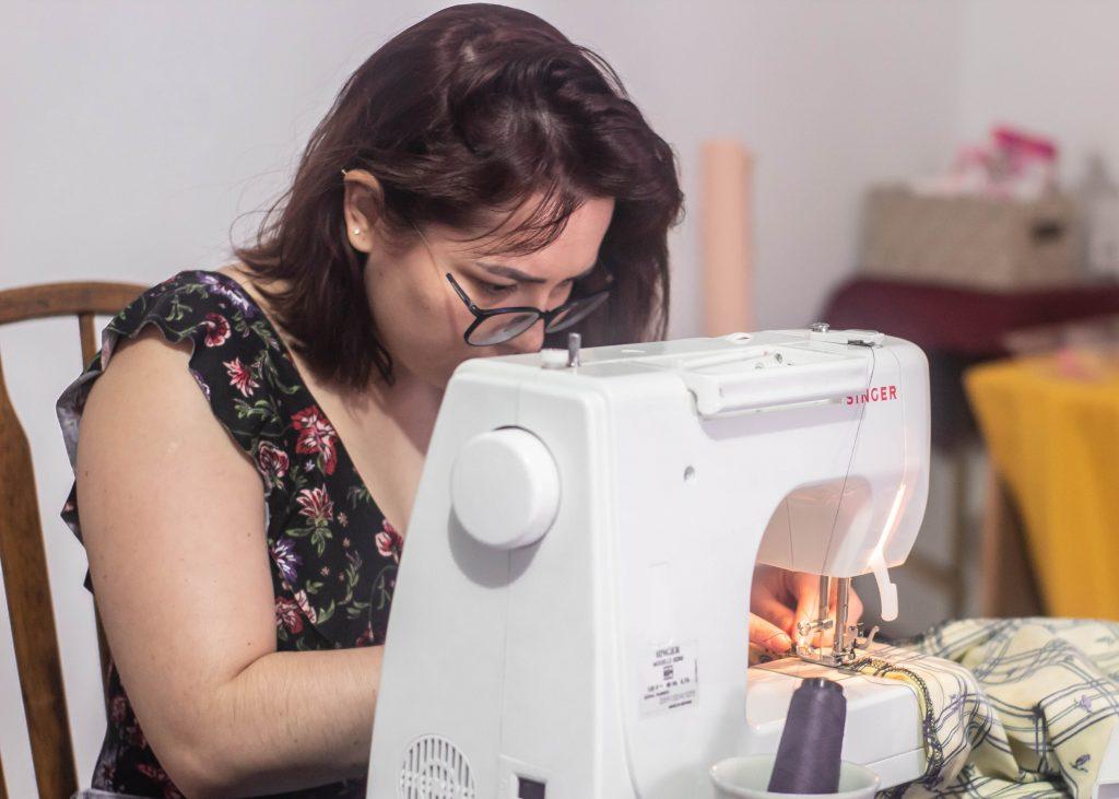 Alumna de Café Costura Hermosillo concentrada en su trabajo.