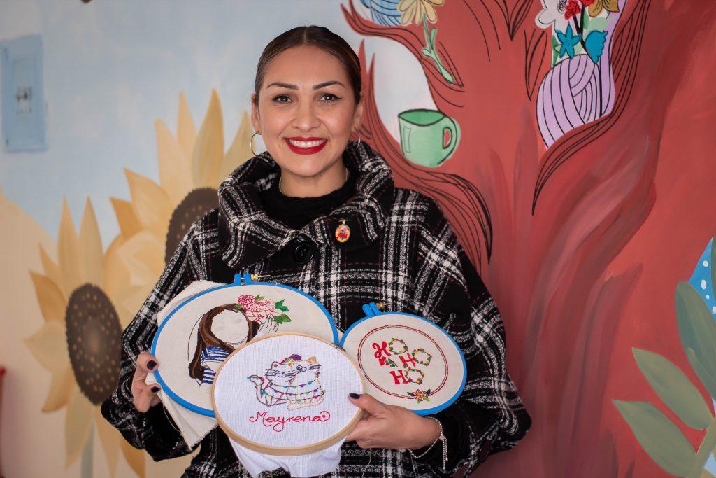 Alumna de Café Costura Hermosillo presume su trabajo bordado.