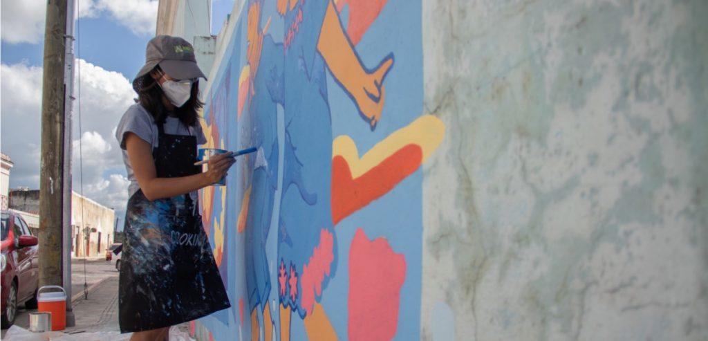Joven pinta mural en calles de Chihuahua.
