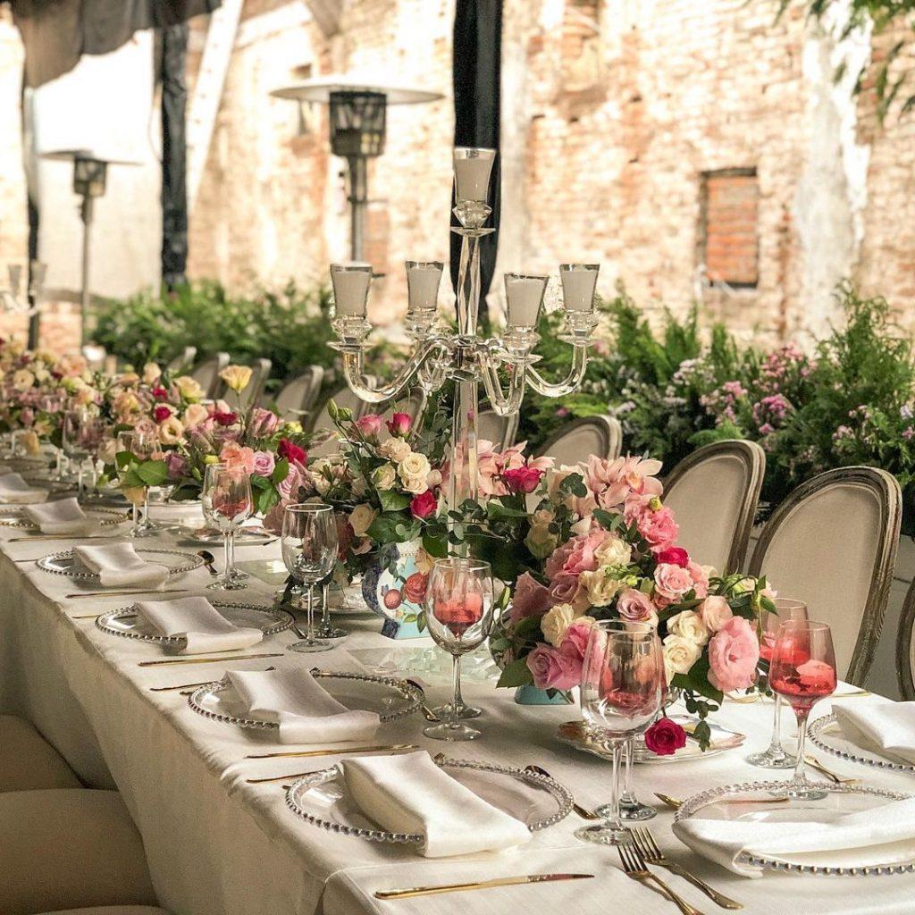 Mesa con flores, decoración.