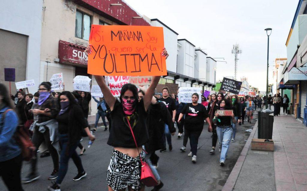 Mujer protesta en calles de Hermosillo por violencia de género.