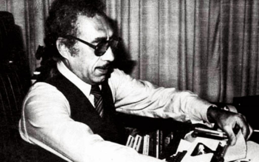 Manuel Buendía escribiendo en máquina de escribir en los años 80 en México.