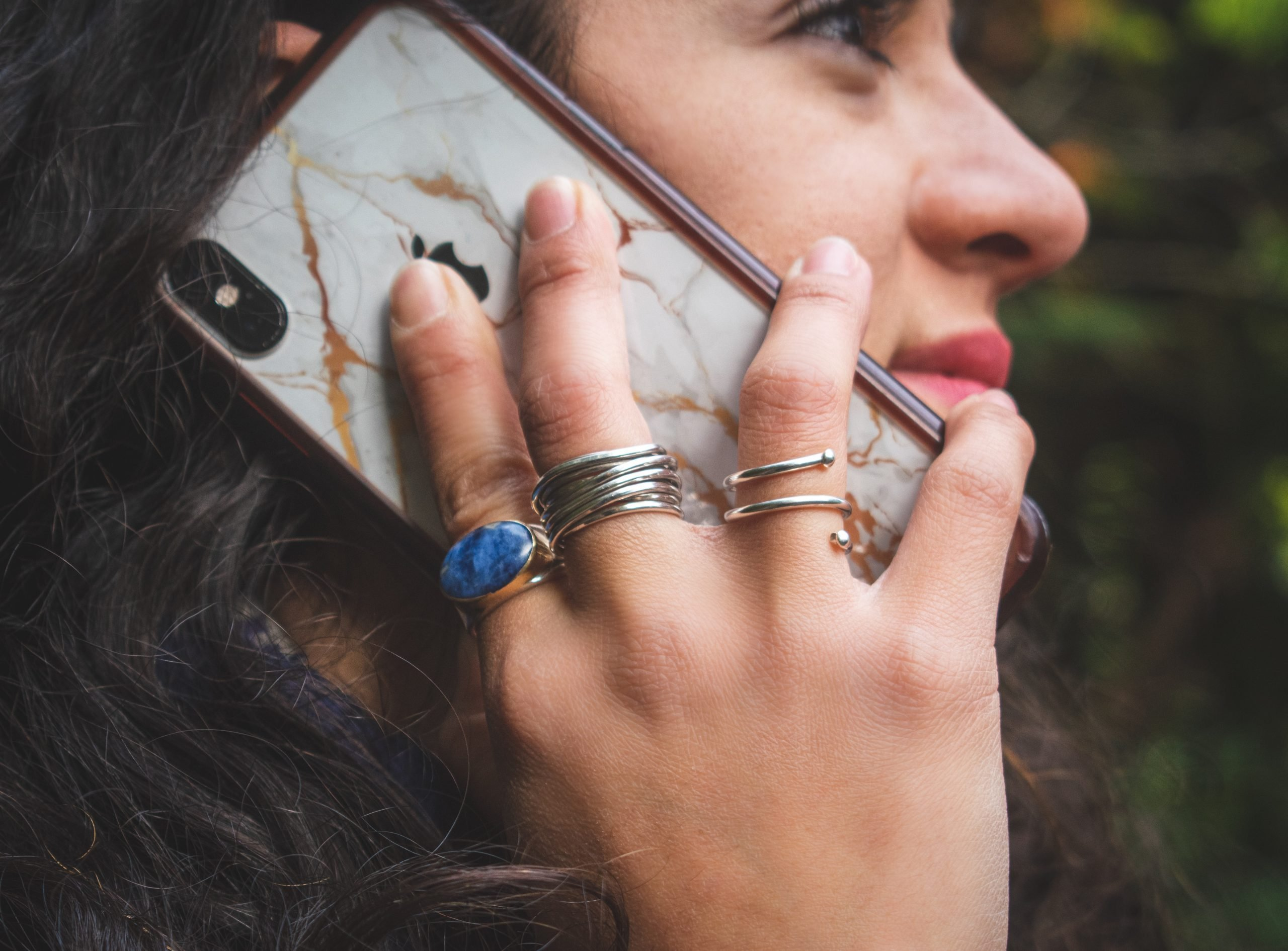Mujer recibe llamada de teléfono.