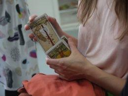 manos sostienen cartas del tarot