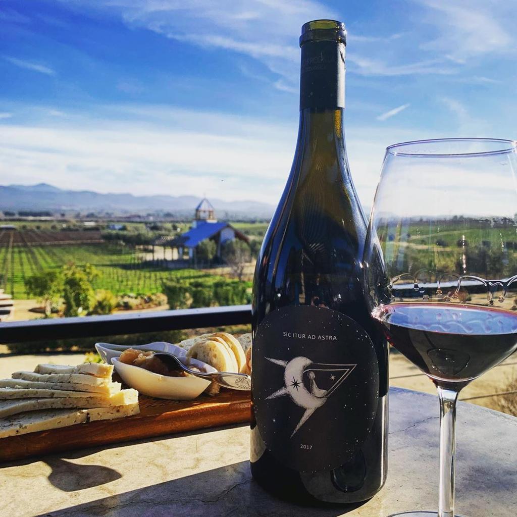Botella de vino Así se va a las estrellas 2017 en mesa con vista a Finca La Carrodilla