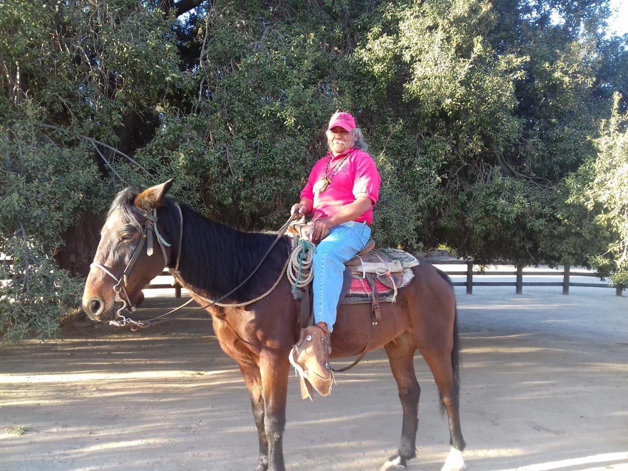 Miembro de la comunidad Kumiai en caballo.