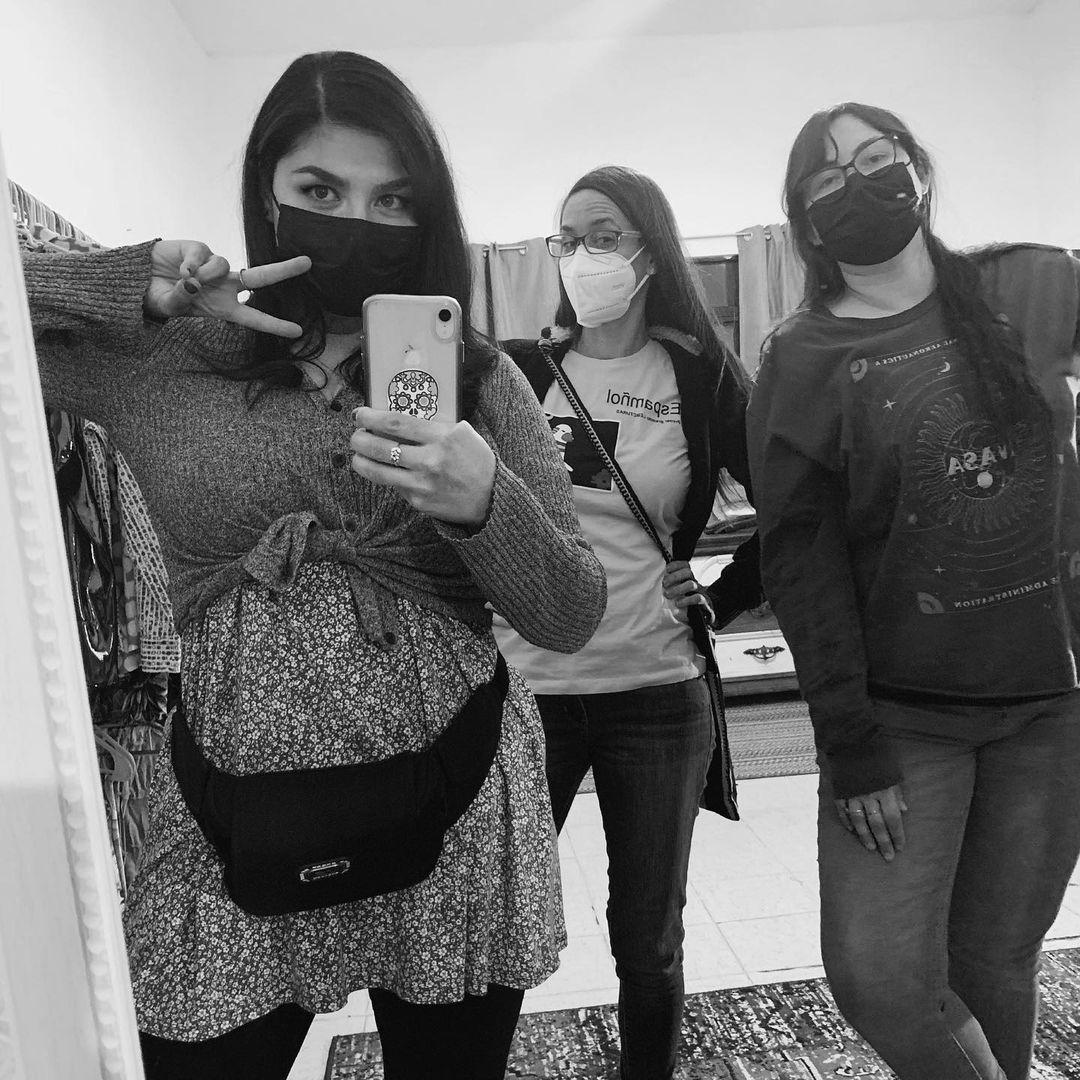 María Deneb Algarra tomando selfie en espejo junto amigas.