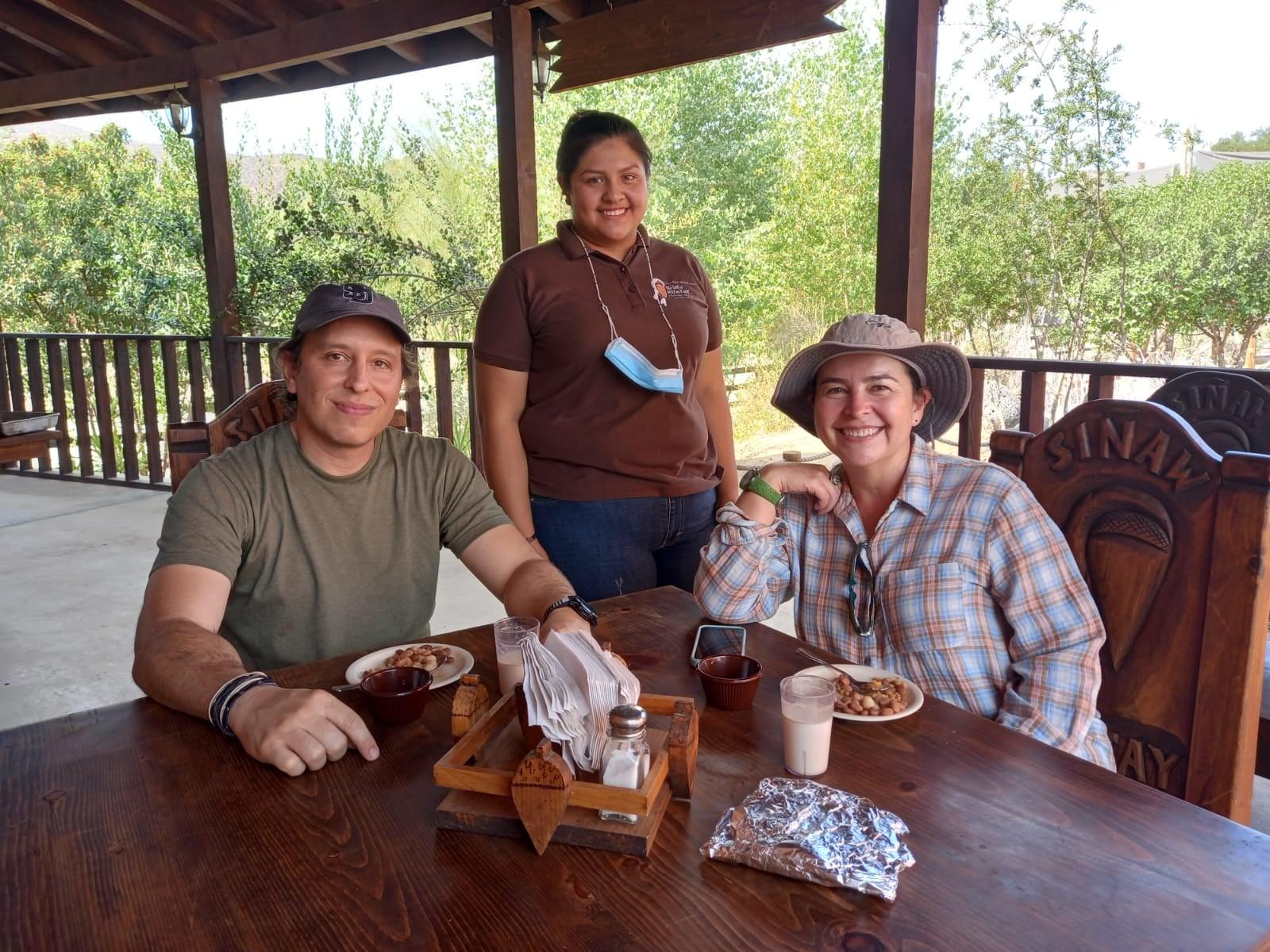 Viajeros en Centro Ecoturístico Siñaw Kuatay disfrutan comida tradicional.
